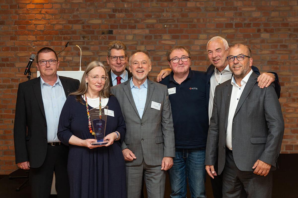 Zu sehen sind die Preisträgerin des Innovationspreises, das Präsidium und die Geschäftsführung des cdgws sowie die beiden embe-Geschäftsführer, Andreas Bernshausen (links) und Dr. Michael Emmrich (rechts).